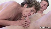 73 Jahre alte Oma Moni wird von Jungspund in Arsch gefickt