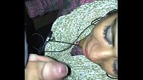 Claudia mamando