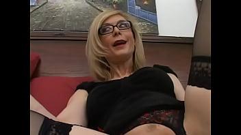 Horny Nina Hartley goes down and gives fantastic blowjob